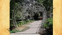 Инсталляция из арок в виде сердец