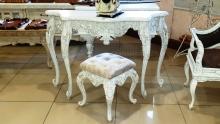 Резной консольной стол и пуф с каретной стяжкой
